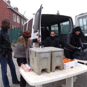 Javva et Salam, deux associations en aide aux migrants. Ici dansl a distribution/partage d'un repas.  © JAVVA