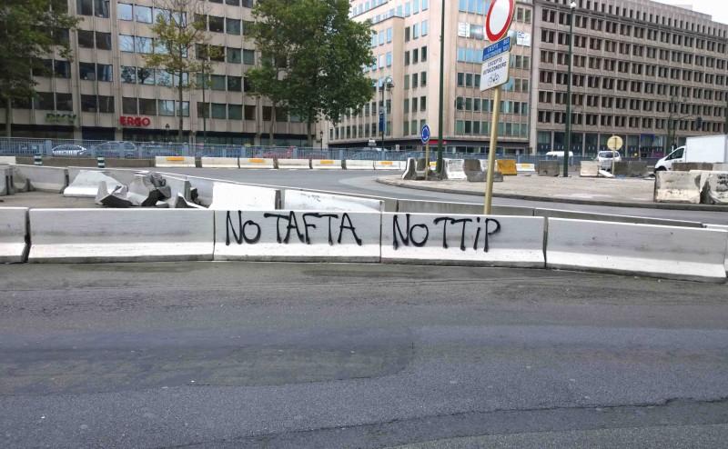 """Tag """"NO TAFTA NO TTIP"""" à Madou  © DL"""