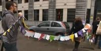 Octobre 2014, l'union des services flamands de la Jeunesse protestait devant le cabinet du ministre de la jeunesse avec une chaîne de 6.000 cartes postales portant des messages d'inquiétudes rédigés par des jeunes… (c) DR