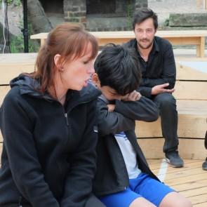 Trois comédiens sur scène. Vous ne savez pas ce que vous allez voir, ils ne savent pas ce qu'ils vont jouer. En impro, l'histoire se crée sous nos yeux… par la FBIA