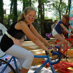 «Vélos-énergie» est une installation qui permet de s'affronter – un contre un ou en équipe – en faisant la course tout en mesurant la quantité d'énergie produite