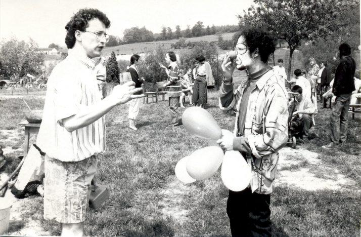 Photo-rétro à l'occasion des 30 ans du CJLg. « Cette photo a été prise à Gemmenich, en 1994, lors d'une action de récolte de fonds lorsque nous n'étions pas encore reconnus en tant que Service de Jeunesse (et donc plus serrés financièrement)».