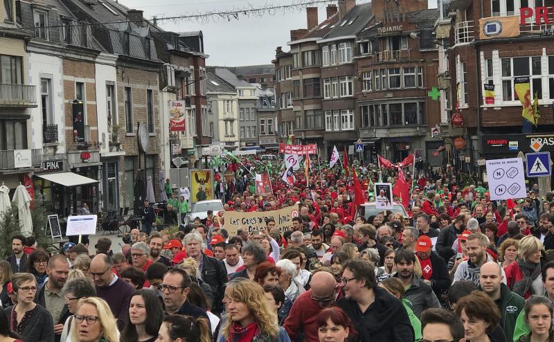 Le 25 juin (photo) dernier, nous étions entre 6.400 personnes (selon la police) et 10.000 manifestants (selon les syndicats) dans les rues de Jambes et de Namur à dénoncer la réforme des aides à l'emploi (APE) et de la politique d'emploi du gouvernement wallon. La COJ y était avec ses membres, les organisations de jeunesse FFEDD, C-paje, Les Auberges de Jeunesse, CéMEA, FMJBF,… ses compagnons de route (CESSoC, FESOJ,…), avec les syndicats et les employeurs du non marchand. Les combats sont toujours collectifs.